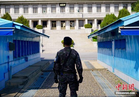 资料图:在板门店韩方一侧自由之家,可看到对面朝方一侧的板门阁。中新社记者 吴旭 摄