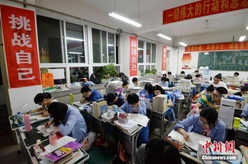 资料图:5月23日晚,在河北省邯郸市第一中学,即将参加高考的高三学生在上晚自习。中新社发 郝群英 摄 图片来源:CNSPHOTO