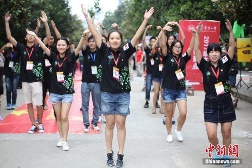 资料图:2017年9月9日,南京农业大学农学院的学生用舞蹈迎接新生。中新社记者 泱波 摄