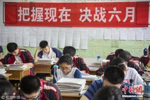 资料图:6月2日,山东滨州,2018高考前最后一个周末,在市实验中学高三年级,学生从早晨6点开始进行复习。傅琨 摄 图片来源:视觉中国
