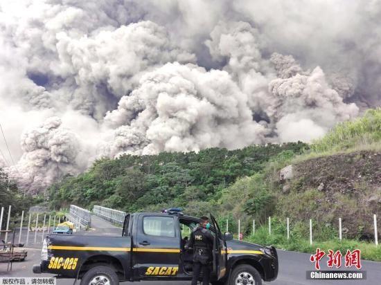 海拔3763米的富埃戈火山位于危地马拉城西南约40公里,喷出的火山灰高达1.1万米,覆盖附近20平方公里区域。