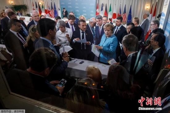 G7峰会上,包括默克尔(中)在内的多国领导人进行讨论。