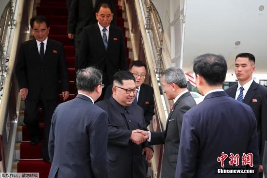 6月10日下午,朝鲜领导人金正恩乘机抵达新加坡,新加坡外长维文对金正恩表示欢迎。金正恩的车队随后抵达新加坡瑞吉酒店。新加坡外长维文在樟宜机场欢迎金正恩到来。