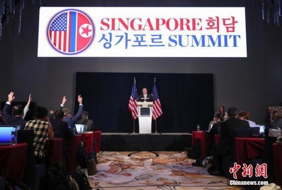 6月11日下午,美国国务卿蓬佩奥在新加坡举行新闻吹风会。中新社记者 刘震 摄