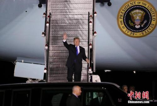 """美国总统特朗普于当地时间6月10日晚乘坐""""空军一号""""专机抵达新加坡巴耶利�Q空军基地。中新社记者 刘震 摄"""