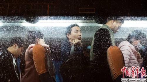 晚高峰,西二旗人排队走下班车,雨天的车窗上布满了水滴。实习生 杨子怡 摄
