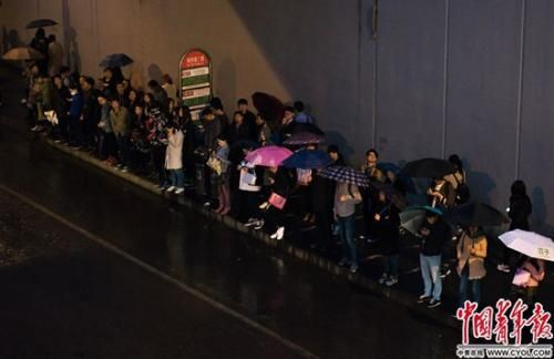 晚高峰时的地铁西二旗站公交站,等车队伍一直排到西侧天桥下。实习生 杨子怡 摄