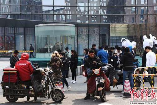 中午1点,新浪总部大厦楼下,一些员工在等外卖。外卖是许多员工午饭和加班餐的主要选择。实习生 杨子怡 摄