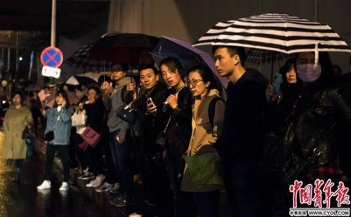 雨雪天,乘客在地铁西二旗站公交站等车。这条西二旗大街晚高峰时堵车严重。实习生 杨子怡 摄