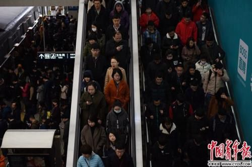 北京西二旗地铁站,上班的早高峰人群。实习生 杨子怡 摄