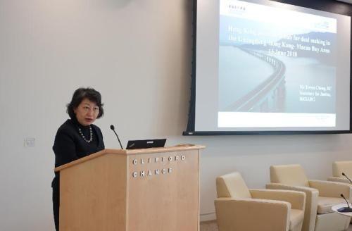 郑若骅指出,香港是大湾区理想的交易和争议解决枢纽。图片来源:香港《文汇报》