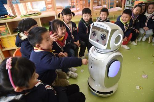 幼教机器人与小朋友们一起讲故事、唱儿歌。图片来源:香港《大公报》