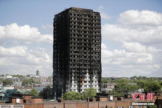 资料图:当地时间2017年6月14日凌晨,伦敦西部一栋24层公寓塔楼起火,导致数十人遇难。
