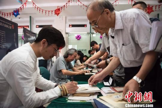 邮票设计者蒙古族青年画家李云中到达现场参与签售活动 王家满 摄