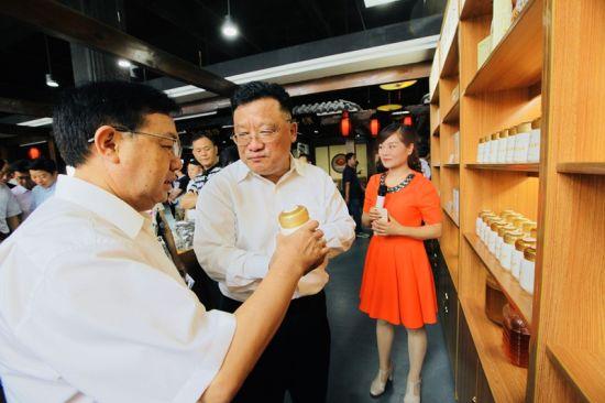 宜昌市委常委、宣传部长王国斌(左)考察创业园 钟欣 摄