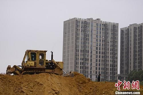 资料图:湖南长沙一楼盘土地上,推土机正在作业。 中新社记者 杨华峰 摄