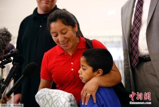 当地时间2018年6月22日,美国马里兰州林西克姆,一对母子在巴尔的摩/华盛顿瑟古德-马歇尔国际机场团聚。