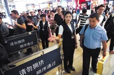 6月28日,地铁四号线北京南站站,铁路暑运来临前夕,京港地铁工作人员在引导旅客有序进站。新京报记者 王贵彬 摄
