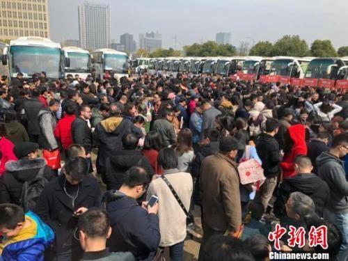 """资料图:69辆""""春季看房团""""大巴载着南京及周边城市3300多人,浩浩荡荡分线路开赴64家楼盘。 朱晓颖 摄"""