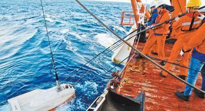 科考队员在回收单拖体瞬变电磁仪。中国大洋协会供图