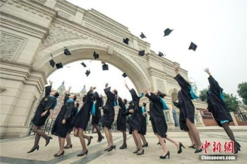 资料图:四川某高校毕业生晒毕业照。莫小布 摄