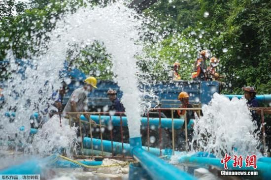 据救援人员介绍,为了能让洞内水位降低,现场已经引入重型水泵作业,从洞中抽水。