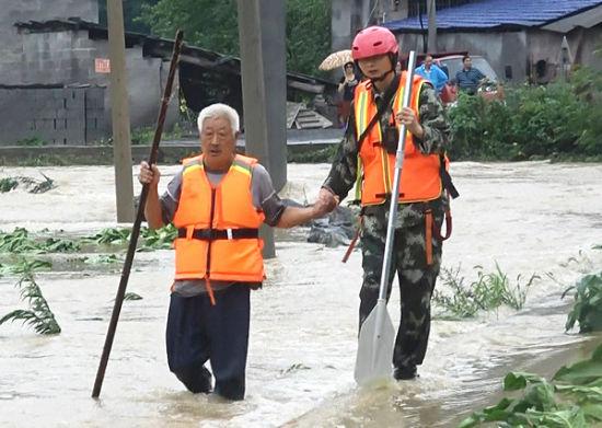 涉水救援被困群众