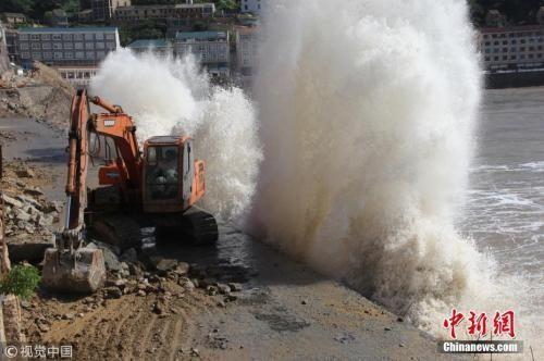 """7月10日,随着超强台风""""玛莉亚""""的逼近,浙江温岭石塘镇海域风高浪急。金云国 摄 图片来源:视觉中国"""