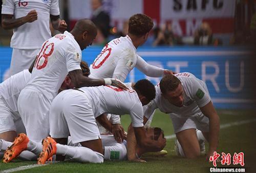俄罗斯世界杯半决赛,克罗地亚战胜英格兰。图为英格兰队庆祝进球。中新社记者 田博川 摄