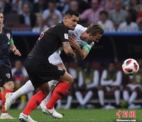 俄罗斯世界杯半决赛,克罗地亚战胜英格兰。图为双方争抢足球。中新社记者 田博川 摄