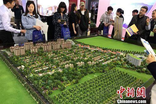 资料图:民众在2017年北京春季房展会上的某楼盘展台咨询。中新网 程春雨 摄