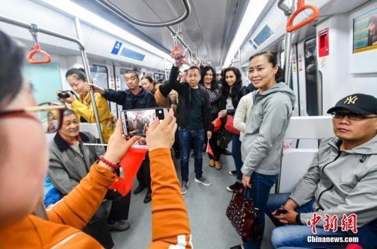 乌鲁木齐地铁1号线北段6月试运行,民众5月9日登车试乘。刘新 摄