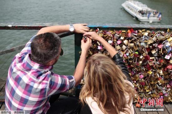 资料图:当地时间2015年5月29日,法国巴黎,艺术桥桥挂满爱情锁。