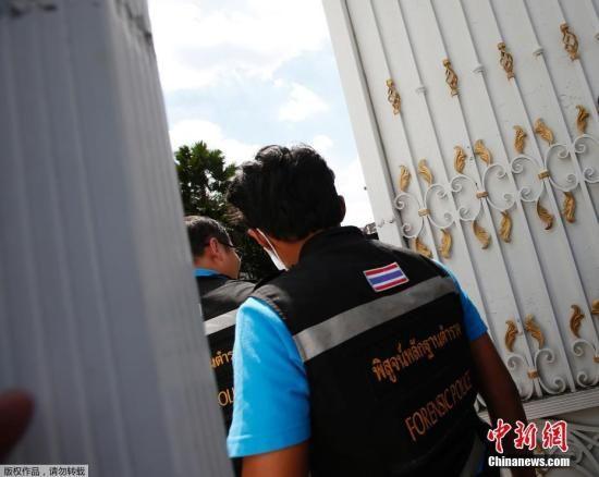 2017年9月28日,泰国曼谷,警方和法医技术专家准备搜查泰国前总理英拉的住所。