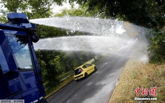 资料图:德国遭遇高温,防暴警察变浇水神器。该防暴警车可装载10000公升水,使用奔驰Actros重型卡车底盘改装而成。车体巨大,全长10米,高约3.1米,装满水后重31吨。