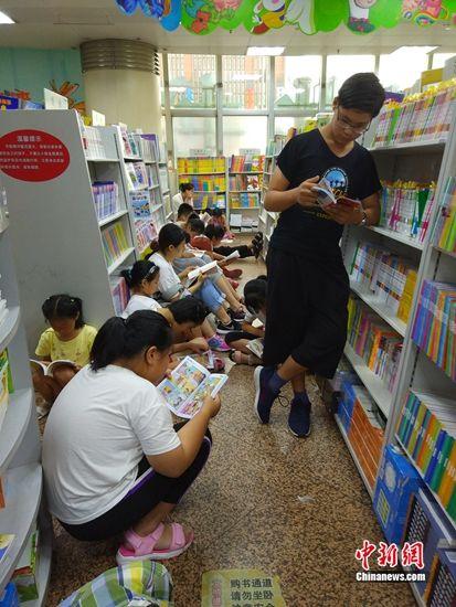书店内,孩子和家长们正在阅读。 任思雨 摄