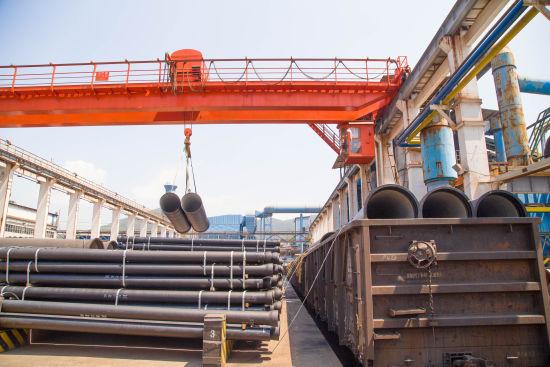黄石新兴管业有限公司厂内铁路专用线正在吊装作业