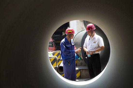 厂家与铁路工作人员一起研究铸铁管装车问题