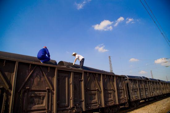 铁路工作人员检查到站待发铸铁管装载加固情况