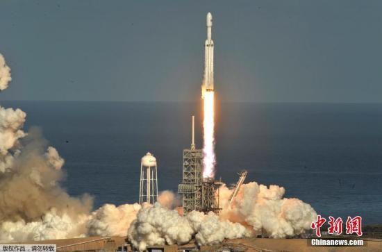 资料图:太空探索公司SpaceX试射的猎鹰重型火箭成功发射升空。