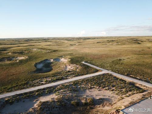殡仪馆旁边的沙丘 摄影:任梦岩。图片来源:中国之声