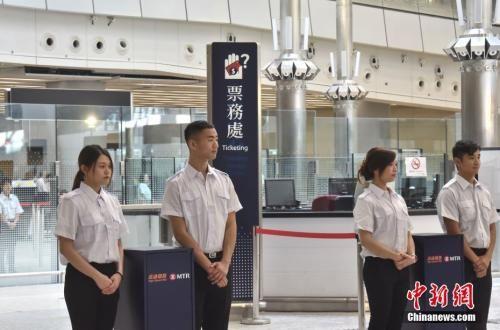 资料图:7月26日,港铁召开记者会更新高铁香港段进度,图为西九龙站验票处。中新社记者 麦尚�F 摄