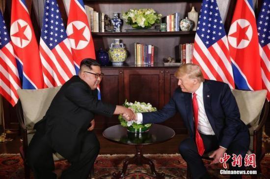 资料图:6月12日,朝鲜最高领导人金正恩(左)与美国总统特朗普在新加坡举行会晤。 中新社发 新加坡通讯及新闻部供图 摄