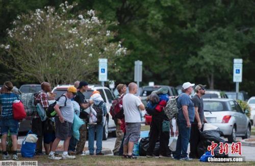 当地时间9月11日,美国北卡罗莱纳州威明顿市,当地民众排队等待进入避难所。