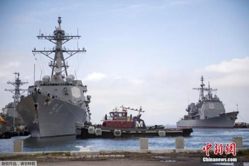 """当地时间9月10日,美国弗吉尼亚州诺福克,美国海军军舰驶离诺福克海军基地,准备在飓风""""佛罗伦斯""""到来之前,在大西洋渡过风暴。"""