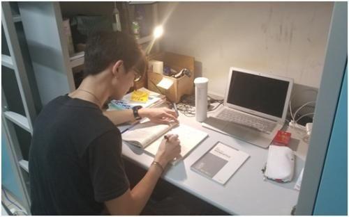 张天宇在宿舍备战研究生考试。受访者供图