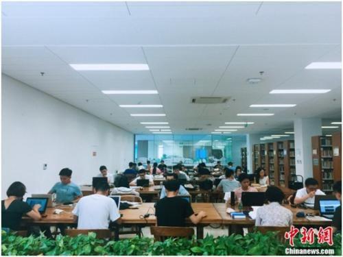 图为清华大学图书馆内,学生正在自习。 杨雨奇 摄