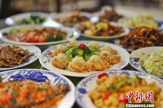 新生们烹饪的各式菜肴 龚明炯 摄