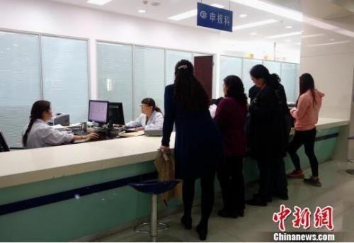 资料图:青海省社会保险服务局办理大厅内,前来咨询的市民们正在排队等候。 孙睿 摄