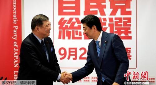9月10日,日本自民党总裁选举联合发布会上,安倍和石破茂握手。
